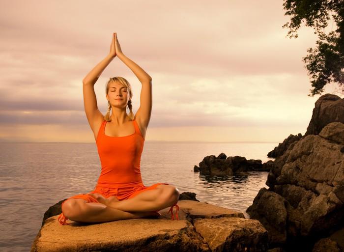 Tableau sur Toile Belle jeune femme faisant l'exercice de yoga en plein air -