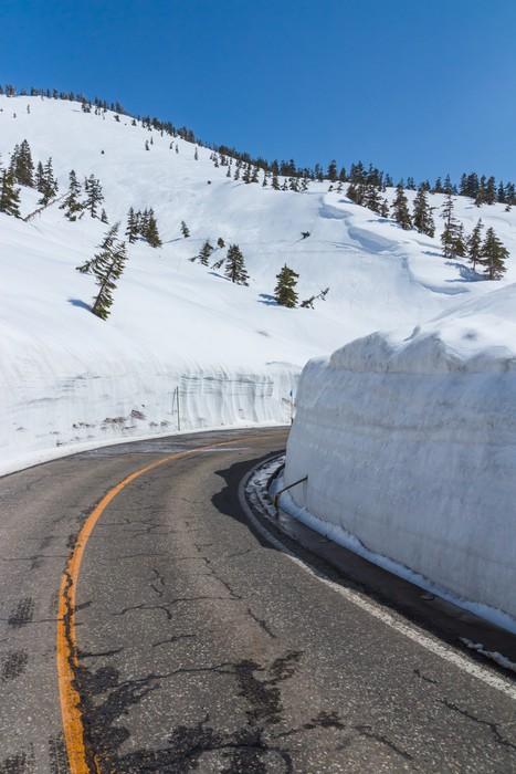 Vinylová Tapeta Se ohýbat podél sněhu chodbě Tateyama Kurobe Alpine Route, Ja - Asie