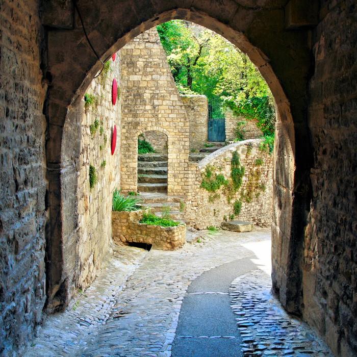 Vinylová fototapeta Zobrazit přes středověké obloukem ve vesnici v Provence, Francie - Vinylová fototapeta