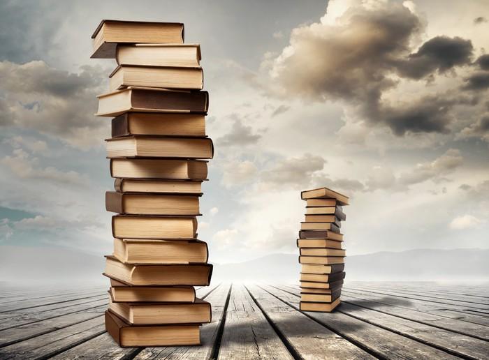 Carta da parati colonne di libri pixers viviamo per for Carta parati libri