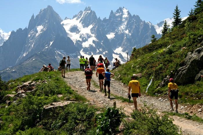 Vinylová Tapeta Závodní před Mont Blanc - Individuální sporty