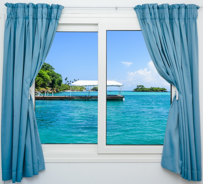 Carta da parati finestra vista mare pixers viviamo for Carta da parati casa mare