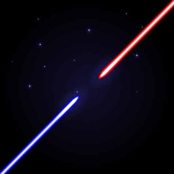 Vinylová Tapeta Dvě zářící meče proti sobě navzájem na kosmickém tmavě modrém pozadí s hvězdami. Červená a modrá světlá lesklá zbraň jako válečný symbol. - Koníčky a volný čas